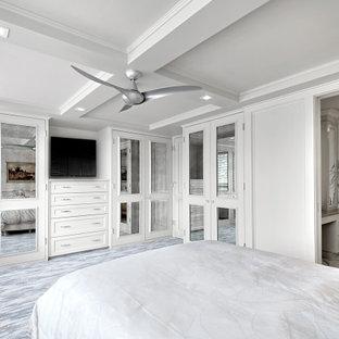 Imagen de dormitorio principal, clásico renovado, grande, con paredes grises, moqueta y suelo multicolor
