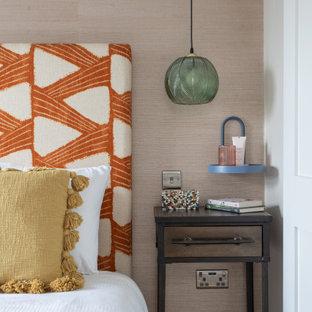 Diseño de dormitorio principal, actual, pequeño, con paredes beige