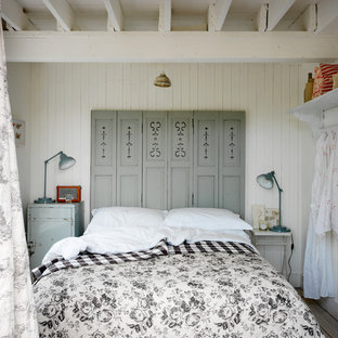 ロンドンのビーチスタイルのおしゃれな寝室 (ルーバー天井、塗装板張りの壁、白い天井) のレイアウト