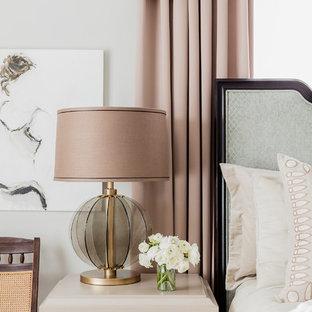 ボストンのヴィクトリアン調のおしゃれな主寝室 (グレーの壁、無垢フローリング) のレイアウト