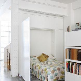 ロンドンのインダストリアルスタイルのおしゃれな寝室 (白い壁、コンクリートの床) のインテリア