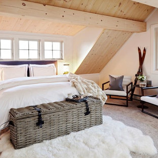 Imagen de dormitorio rústico con paredes blancas, moqueta y suelo gris