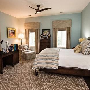 Idee per una grande camera matrimoniale stile americano con pareti blu, moquette, nessun camino e pavimento multicolore
