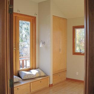Ispirazione per una camera degli ospiti etnica di medie dimensioni con pareti beige, pavimento in cemento e nessun camino