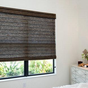 Mittelgroßes Shabby-Style Hauptschlafzimmer ohne Kamin mit weißer Wandfarbe und Teppichboden in Tampa