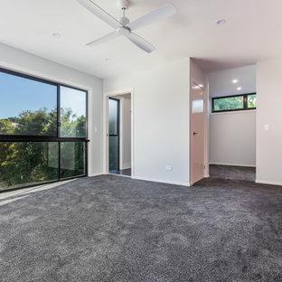 Esempio di una grande camera matrimoniale moderna con pareti rosse, moquette e pavimento grigio