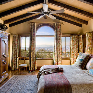 Diseño de dormitorio rústico con paredes beige y suelo de madera oscura