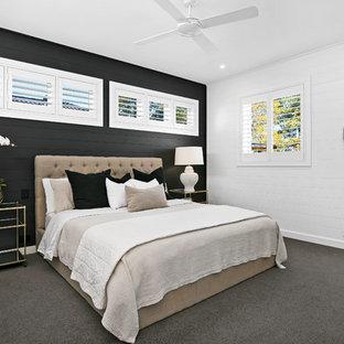 Foto di una camera da letto stile marinaro con pareti nere, moquette e pavimento grigio