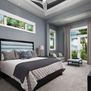 Идея дизайна: большая хозяйская спальня в стиле современная классика с серыми стенами, ковровым покрытием и серым полом без камина