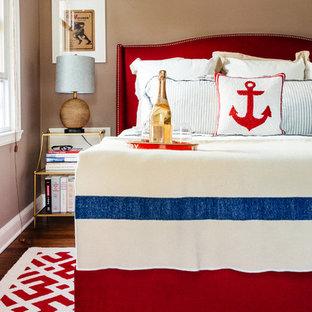 Imagen de dormitorio principal, de tamaño medio, sin chimenea, con paredes beige y suelo de madera en tonos medios