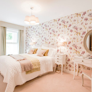 Imagen de dormitorio clásico, de tamaño medio, sin chimenea, con paredes multicolor, moqueta y suelo rosa