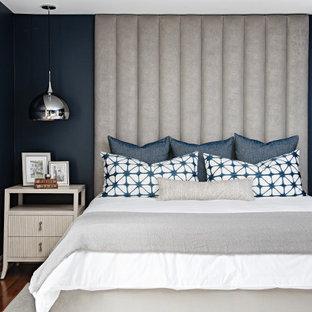 Foto de dormitorio principal, clásico renovado, grande, con paredes azules, suelo de madera en tonos medios y suelo rojo
