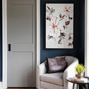 Diseño de dormitorio principal, tradicional renovado, grande, con paredes azules, suelo de madera en tonos medios y suelo rojo