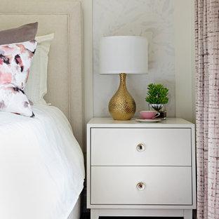 トロントの中くらいのトランジショナルスタイルのおしゃれな客用寝室 (ベージュの壁、無垢フローリング、赤い床、パネル壁) のインテリア