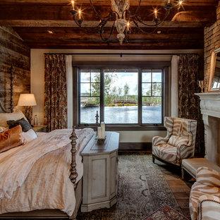Diseño de habitación de invitados rústica con chimenea tradicional, marco de chimenea de hormigón, suelo marrón, paredes blancas y suelo de madera oscura