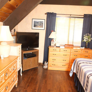 Foto de dormitorio rústico con suelo laminado y suelo marrón