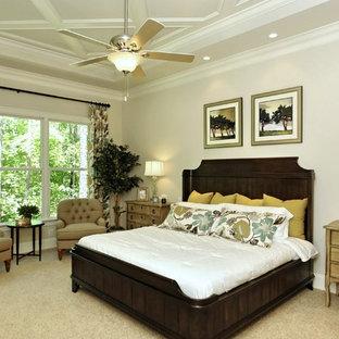 Imagen de dormitorio principal, clásico, grande, sin chimenea, con paredes blancas y moqueta