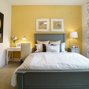 На фото: спальня в стиле кантри с