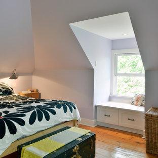 Modelo de dormitorio principal con paredes púrpuras y suelo de madera clara