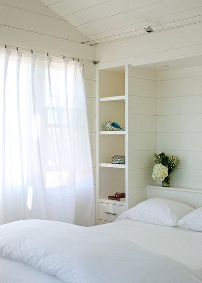 ビーチスタイル 寝室 by Woodmeister Master Builders