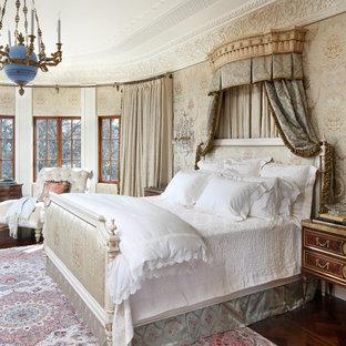 他の地域のヴィクトリアン調のおしゃれな主寝室 (マルチカラーの壁、濃色無垢フローリング)