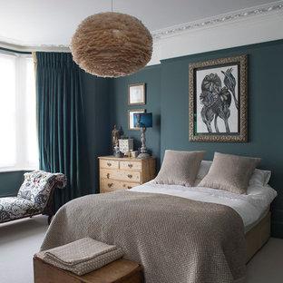 Новый формат декора квартиры: спальня в стиле фьюжн с синими стенами, ковровым покрытием и серым полом