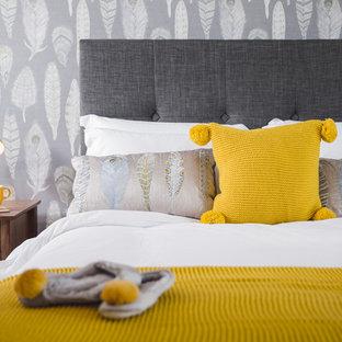 Imagen de dormitorio principal, minimalista, con paredes grises y moqueta