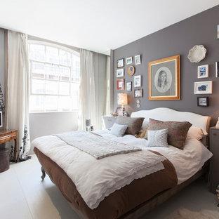 Mittelgroßes Stilmix Gästezimmer mit grauer Wandfarbe, gebeiztem Holzboden und weißem Boden in London