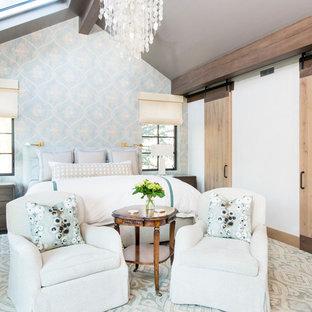 Ispirazione per un'ampia camera matrimoniale stile rurale con pareti blu, moquette e pavimento blu