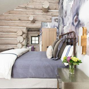Modelo de habitación de invitados rústica, extra grande, con paredes púrpuras, moqueta y suelo beige