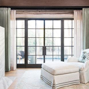 Diseño de dormitorio principal, rural, extra grande, con paredes azules, moqueta, chimenea tradicional, marco de chimenea de piedra y suelo azul