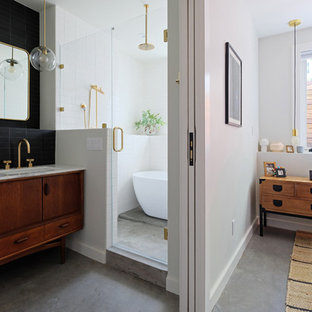 Пример оригинального дизайна: хозяйская спальня среднего размера в современном стиле с белыми стенами, бетонным полом и серым полом