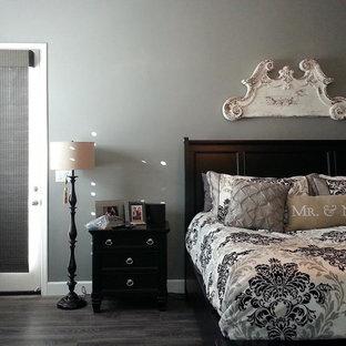 Modelo de dormitorio principal, clásico renovado, de tamaño medio, sin chimenea, con paredes grises y suelo de baldosas de porcelana