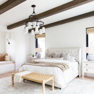 Inredning av ett klassiskt sovrum, med vita väggar, ljust trägolv och beiget golv