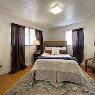 Imagen de habitación de invitados madera, clásica, con paredes beige, suelo de bambú y madera