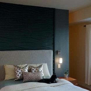 Foto de habitación de invitados actual, grande, sin chimenea, con paredes azules, suelo de travertino y suelo beige