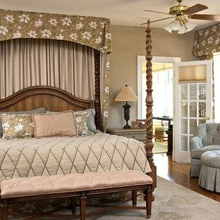 Großes Klassisches Hauptschlafzimmer ohne Kamin mit beiger Wandfarbe, braunem Holzboden und braunem Boden in Washington, D.C.