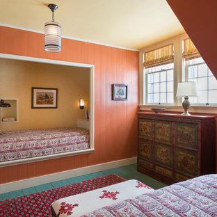 Idée de décoration pour une grande chambre d'amis champêtre avec un mur rouge et un sol en bois peint.