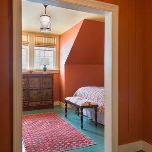 Großes Landhaus Gästezimmer mit roter Wandfarbe und gebeiztem Holzboden in Burlington