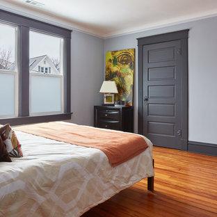 カンザスシティの中くらいのコンテンポラリースタイルのおしゃれな主寝室 (グレーの壁、暖炉なし、竹フローリング、茶色い床)