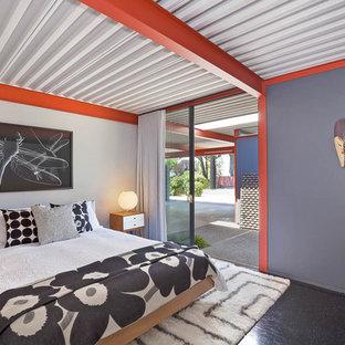 Mid-Century Hauptschlafzimmer ohne Kamin mit grauer Wandfarbe und schwarzem Boden in San Francisco