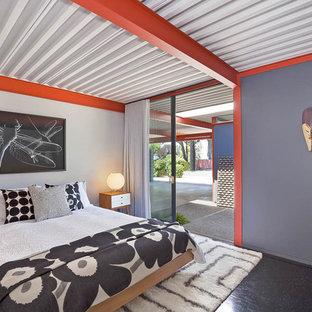 Ejemplo de dormitorio retro con paredes grises y suelo negro