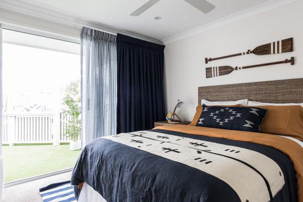 ビーチスタイル 寝室 by Tomkins Constructions