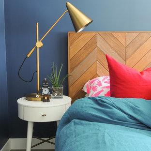 Idee per una camera matrimoniale bohémian con pareti blu, parquet scuro e pavimento marrone
