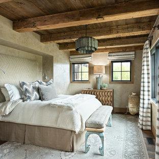 Esempio di una grande camera matrimoniale stile rurale con pareti beige, pavimento marrone e parquet scuro