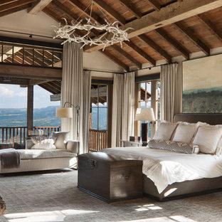 Идея дизайна: огромная хозяйская спальня в стиле рустика с белыми стенами, ковровым покрытием, стандартным камином, фасадом камина из камня и серым полом