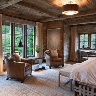 Modelo de habitación de invitados rústica, grande, con paredes marrones, suelo de madera en tonos medios y suelo marrón
