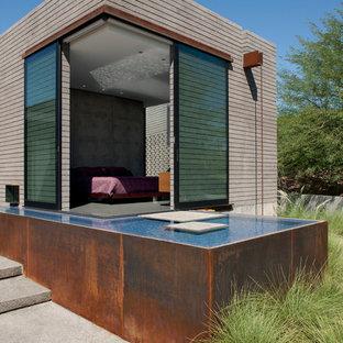 Idee per una camera matrimoniale minimalista con pareti grigie e pavimento in cemento