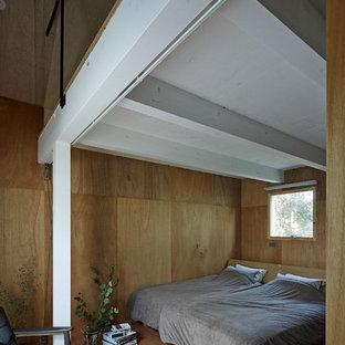 Ejemplo de dormitorio moderno, de tamaño medio, con suelo de contrachapado