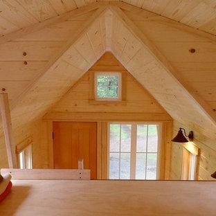 Foto de dormitorio tipo loft, tradicional, pequeño, sin chimenea